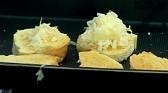 За приготвянето на крутони запичаме филийките в тава ( тостер) до златисто /на грил или във фурна на горно печене/.
