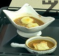 Сервираме супата в купички, като отгоре поставяме по 2 крутона, поръсени обилно с настъргания ементал. Поставяме купичките във фурната докато сиренето се разтопи и зачерви.