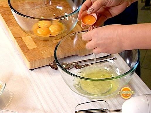 Първо се приготвя пандишпанов блат. За целта яйцата за блата се оставят на стайна температура поне 30 минути преди разбиването им, след което жълтъците и белтъците се разделят. Белтъците се разбиват в голяма купа първо на висока скорост с миксера.