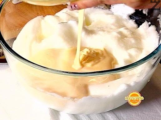 Жълтъците се сипват при белтъците и разбиват за минута. В суха купа се пресяват заедно брашното ( 7 с.л.), какао ( 2 ч.л. ) и бакпулвер.