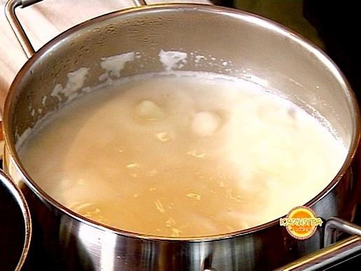 Млякото се кипва в касерола със захар, като се разбърква с помощта на бъркалка.Прибавят се предварително размесени брашно и нишесте, като продължава да се бърка. Щом се разтворят и крема се сгъсти се отегля от котлона и се оставя да изстине напълно.