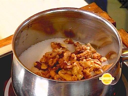 В тенджера се слага захарта ( 250гр.) и орехови ядки ( 100 гр. ) Загрява се и оставя до получаването на светъл карамел като се разбърква внимателно за да се облеят ядките в карамел.