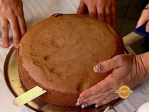 АРАНЖИРАНЕ И ОФОРМЯНЕ: Студения изпечен блат се нарязва на три равни платки с назъбен нож-трион.