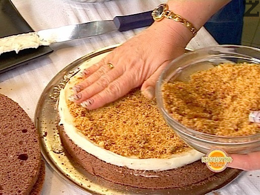 Върху крема се поръсва равномерно една-две шепи от ореховия крокан.