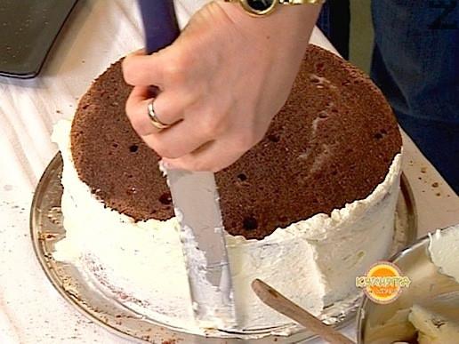 Започва зафилването ( намазване ) със сметановия крем, като първо с шпатула се зафилват стените на тортата.