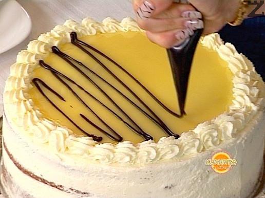 За декорация се разтопява 50 грама натурален шоколад ( кувертюр ) заедно със 3 с.л. сметана или прясно мляко. Слага се в малко пликче, пробива се и се полива върху белия шоколадов сос.