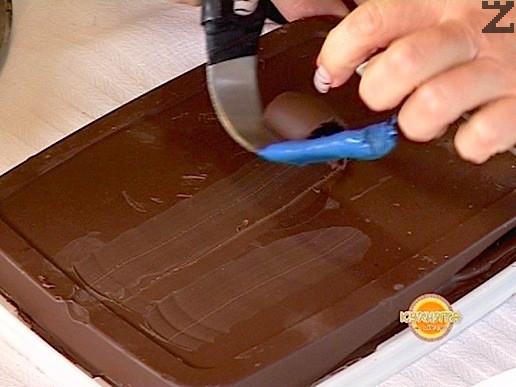 За целта се използва парче шоколадов кувертюр, с ножа се натиска леко повърхноста и се приплъзва така, че да станат цилиндърчета.