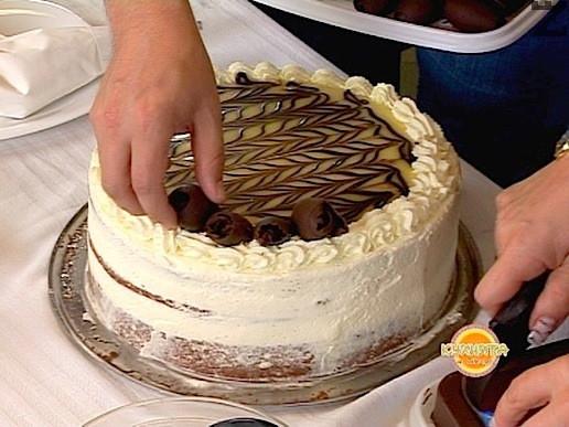 Шоколадовите цилиндърчета се подреждат върху декорирания сметанов кант в кръг.