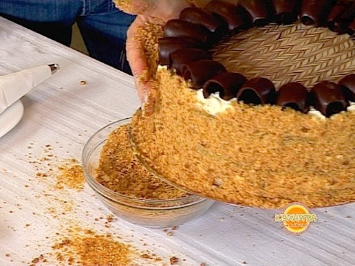 Страните на тортата се панират с крокан, като леко се притискат с длани. Излишното количество се прибира за друга торта или десерт, и готовата торта престоява поне 12 часа преди нарязване и сервиране, а най-добре е едно денонощие.