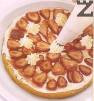 1 / 4 от сметаната се слага в сладкарски пош и се шприцоват 6 малки розички- една в средата, а останалите в кръг. По този начин втория блат ще се залепи по- добре.