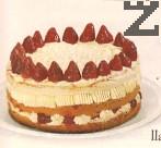 Третата платка се намазва със крем, декорира се със запазените пресни цели ягоди. С пош се декорират страните със сметана. Тортата се оставя да престои 10-12 часа в хладилник преди да се нареже и сервира.