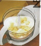 В кухненски робот се слага студено масло нарязано на кубчета, върху него се пресяват заедно брашно и бакпулвер, сипва се захарта.