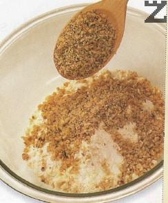 Ядките се мелят на дребно със 1 с.л. захар. Слагат се с купата при брашното.