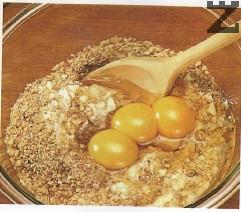 Добавя се ванилия, яйца и се обърква добре с дървена лъжица.