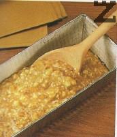 Сместа се слага в намаслена и набрашнена продълговата форма за кекс с размер 22-26см.