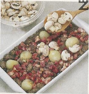 Тогава се маха фолиото и се слагат едро нарязани печурки, покрива се отново и се пече още 1 час или докато месото стане крехко.