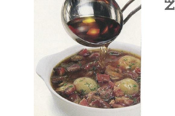 Преди сервиране, ястието се разпределя в купички, поръсва се с магданоз нагрява се коняк в чаша и с него се поливат порциите. Запалва се за да се фламбира и поднася.