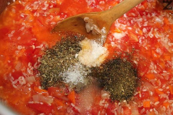 Поръсват се с босилек, чубрица, сол и захар и заливат със 800 мл. гореща вода.