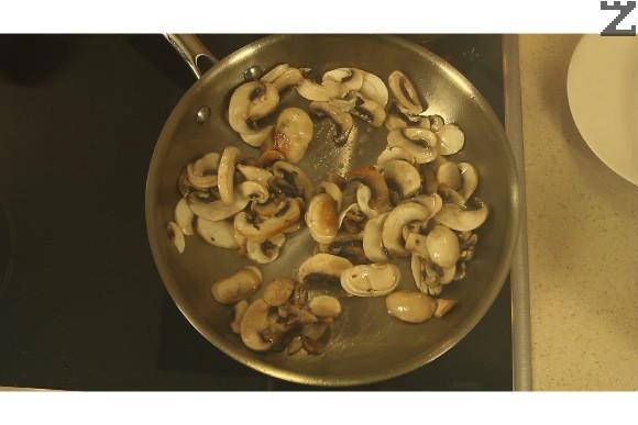 Нарязват се печурките на филии, лука на ситно, а моркова на колелца. В същото олио от запържените пържоли се запържват печурките на силен огън за две минути и поръсват с лука и моркова.