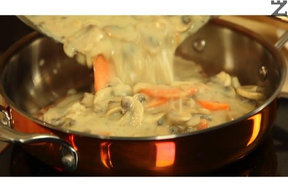 Запържените пържоли се слагат в тавичка и заливат със соса.
