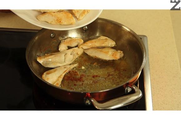 В тиган се загрява зехтина заедно с маслото и пилешкото се запържва по две минути от всяка страна на силен огън.