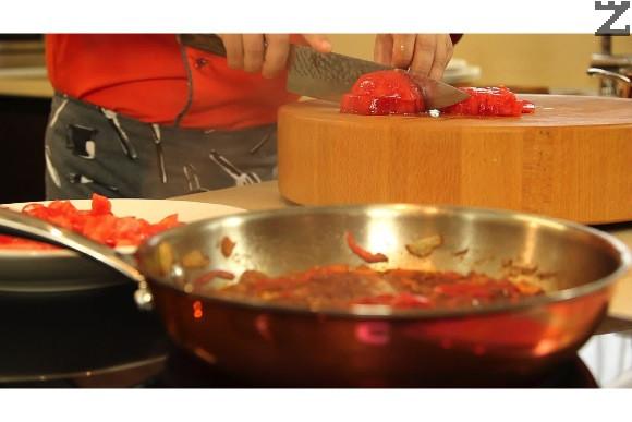 Доматите се нарязват на дребни кубчета и добавят в соса. Той се вари на тих огън за 10 минути.