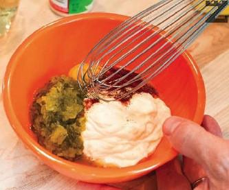 Приготвя се сос, като всички продукти се разбъркват добре.