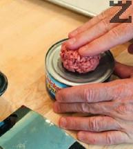 Каймата се разделя на 8 и се оформя на малки кюфтенца. Всяко кюфтенце се слага върху консервна кутия ( тя трябва да е с големината на сусамените питки).