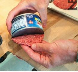 Тогава се обръща върху хартия за печене и се притиска добре така, че да се оформи и изтъни всеки бургер.