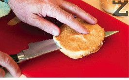 Четири сусамени питки се разделят на две. От останалите четири питки се изрязва 1/3 от основата която е с дебелина половин пръст. Тази основа е центъра на биг мака.
