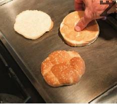 Загрява се плоча или тиган и всяко хлебче се запича.