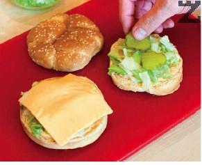 Добавя се айсберг и филия топено сирене. Центъра на питките се намазва със сос, поръсва с малко лук, салата айберг и три колелца краставичка .
