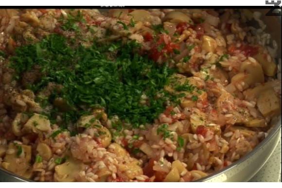 Пържи се на умерен огън за минута и когато оризът стане 'стъклен', се поръсва със захар, налива се 200 мл гореща вода, слагат се доматите, счуканите орехи, стафидите и нарязаният наситно магданоз. Подправя се със сол и черен пипер и се разбърква. На слаб огън се оставя да ври докато ориза поеме цяла