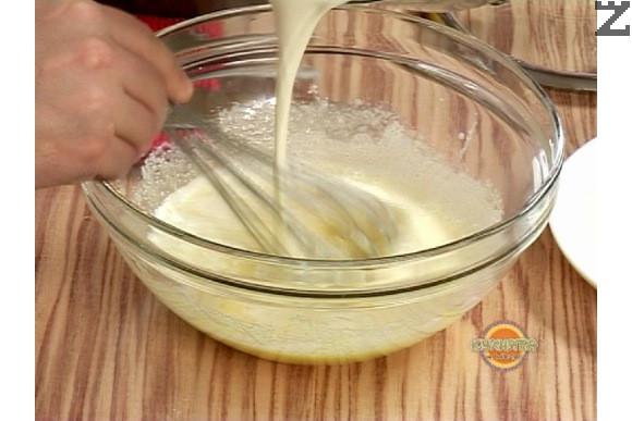 Към разбърканите жълтъци постепенно се налива горещатата сметана, като не спира разбъркването с тел.