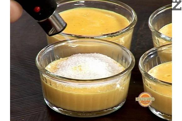 Карамелизира с горелка. Ако липсва горелка, тогава фурната се загрява на максимална мощ на горно печене, и ледено студения крем се поставя под реотана за да се карамелизира захарта.