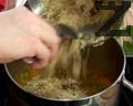Добавяме сварената киноа към зеленчуците и наливаме вода. Поръсваме със сух копър и босилек.