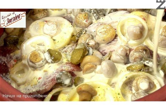 Стрива се пилешки бульон и се налива вино и сметана.