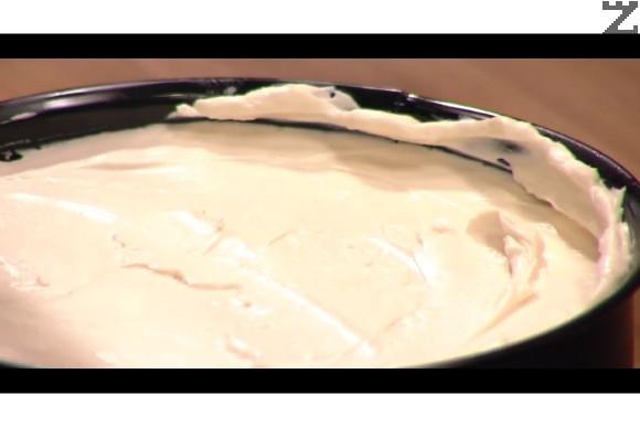 Върху охладения блат се нанася крема и заглажда с шпатула. Прибира се отново в хладилнилик за да стегне добре минимум за 10 часа.
