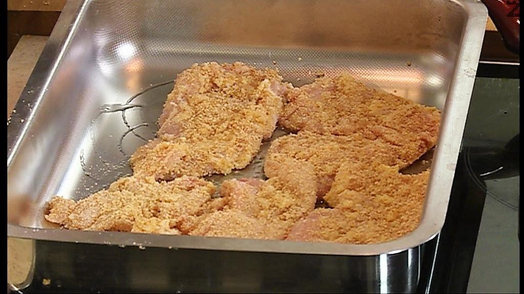 В купа се счупва яйцето, добавя се сиренето Пармезан. Потапят се филетата и хубаво се овалват в яйчената смес а след това в галета. Поставят се в намаслена тава. Пекат се във фурна загрята на 180 градуса, за 10 мин.