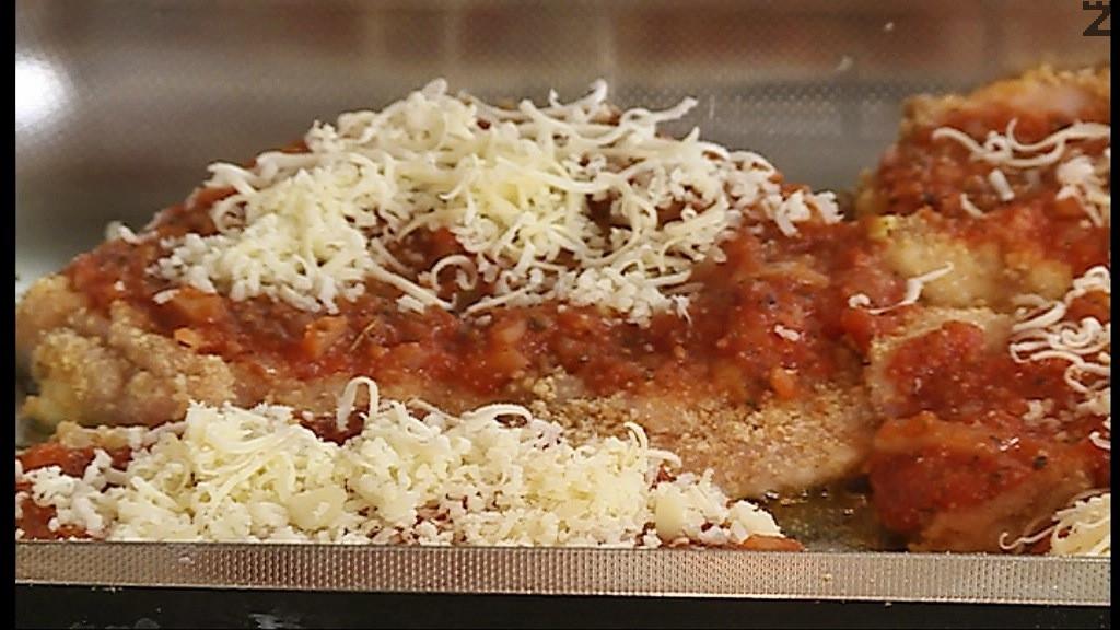 Върху всяко запечено пилешко филе се слага доматен сос и поръсва с настърган кашкавал. Запичат се за още 10-15 мин. при температура от 180 градуса.