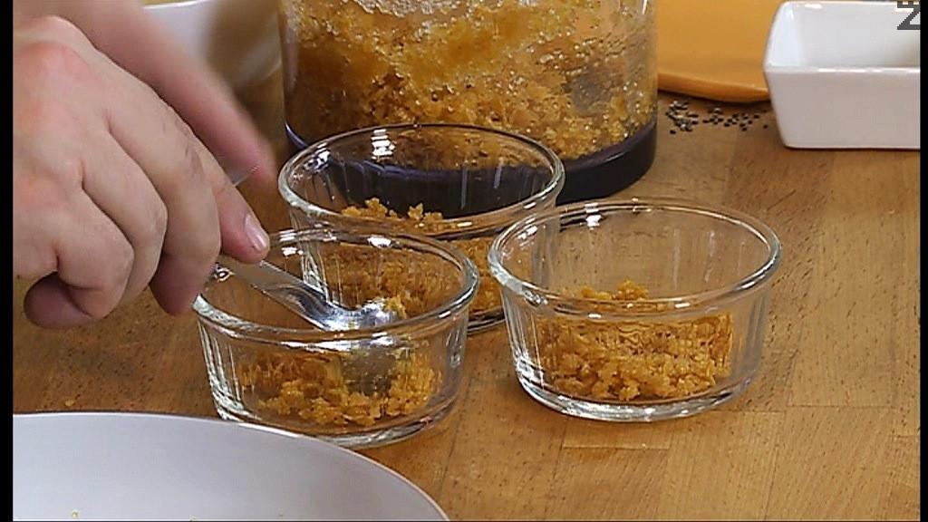 За приготвяне на блата в блендер се слага корнфлейкс и разтопено масло. Добавя се 1 с.л.захар и всичко се мели добре. Сместа се разпределя на дъното на купички с вместимост 200 мл.