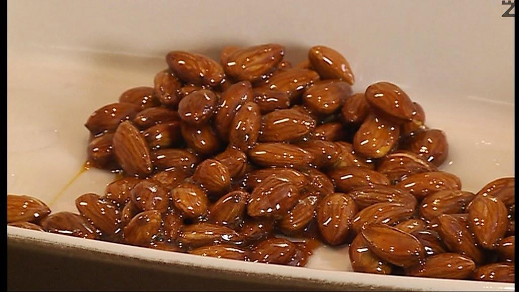 Карамелизира се захар в тиган и се слагат бадеми размесват се да се покрият добре с карамел и се прехвърлят в тава намазана с олио. Оставят се да стегнат, след което се мелят в робот докато станат на фини трохи.