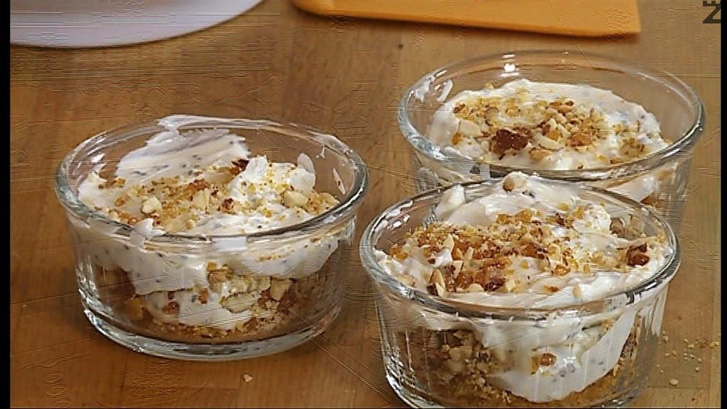В купа се слага крем сирене, и цедено мляко разбиват се с миксер за минута. Разтопява се шоколад и добавя в крема, отново се разбива за кратко. Върху блата в всяка купичка се слага една част от крема, покрива се с пласт от смлените бадеми и се нанася втори пласт крем. Поръсва се чия и смлени бадеми