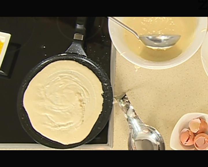 В намаслен сач се слага от сместа и пекат катми по две-три минути от всяка страна.