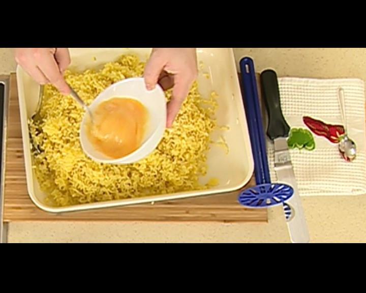 След като картофите изстинат, се разбиват 2 яйца в купичка, слагат се при пюрето и разбъркват добре.