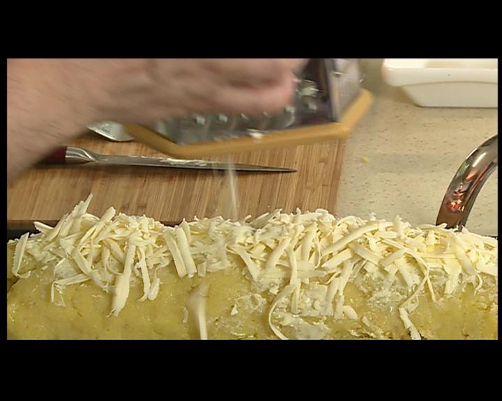 Намазва се повърхността на рулото с меко краве масло. Покрива се с настръган кашкавал. Пече се във фурна, загрята на 200 градуса, за 15-20 мин. или докато се зачерви кашкавала.