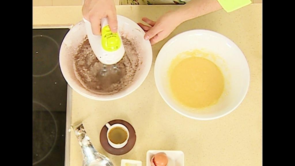 В купа се пресява брашно заедно с бакпулвер и сол, пресявайки се добавя и какао и рабърква добре. Сместа се добавя в маслото и се разбива за кратко докато се смеси добре.