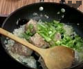 Добавяме ориз и разбъркваме. Слагаме нарязаната на едро зелена чушка. Наливат се 500 мл гореща вода Сместа се прехвърля в гювеч. Той се слага в леко затоплена фурна до 150 ℃ за да не се спука и температурата се увеличава до 180С. След достигане на посочената температура ястието се пече около 20-25