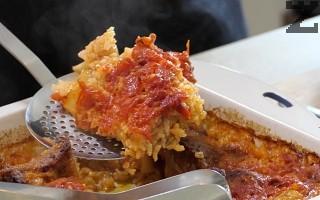 Ястието се пече в предварително загрята фурна на 180° за 30 минути. Сервира се, като се оформя канапе от ориз и върху него се слага месо. Поръсва се с дребно нарязан магданоз.