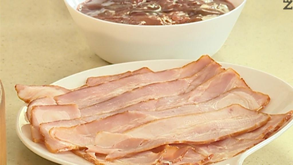 Бекона се нарязва на филии с дебелина 3-4 мм. Дорбчетата се подправят със соев сос и чубрица. Пилешкото филе се нарязва на късчета и посолява. Пънчетата на гъбите се отстраняват.